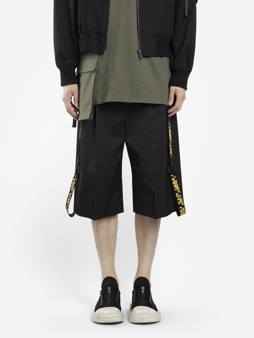 D BY D MEN'S BLACK I DON'T LIVE YOUR LIFE LATERAL BANDS BERMUDA PANTS